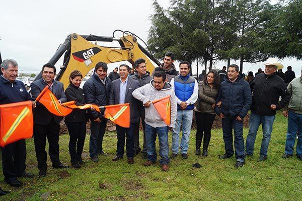 Inicia construcción de cancha de futbol siete, en Calpulalpan