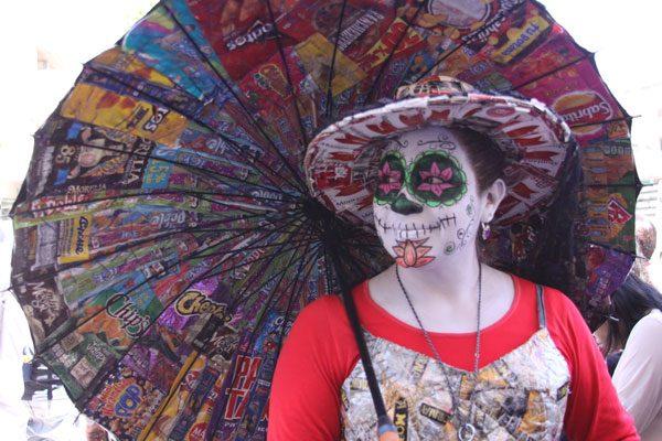 Desde hace una década, artista de la calle utiliza  reciclado para vestirse