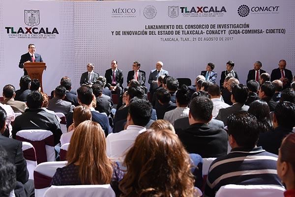 En su mensaje, el gobernador Marco Antonio Mena afirmó que Consorcio de Investigación y de Innovación ayudará a tener mejores recursos humanos, conocimiento e investigación práctica para que Tlaxcala tenga el reconocimiento regional que merece. /Jesús LIMA