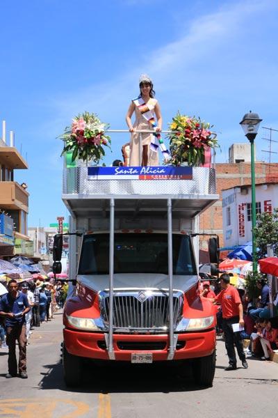 Por las calles de Chiautempan desfilaron más de 60 contingentes integrados por empresas, carros alegóricos, comparsas, bandas de guerra, caballos y bastoneras de diferentes partes de la entidad. / Moisés MORALES
