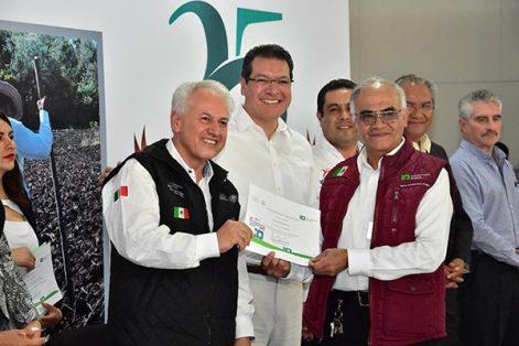 En el evento, el titular de la Procuraduría Agraria y el mandatario estatal entregaron a personal de la institución reconocimientos por años de servicio. /Héctor LORENZO
