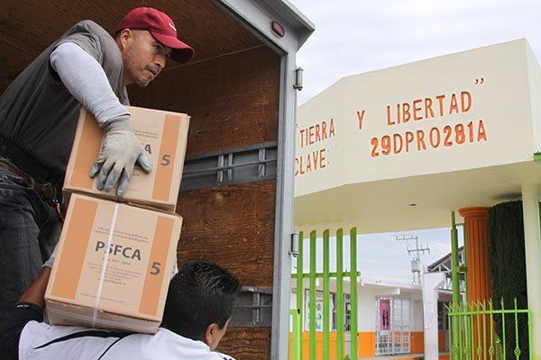 Inspecciona alcalde de Ixtacuixtla la entrega de libros de texto en escuelas