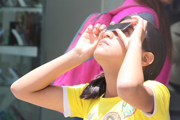 En Apizaco se agotan vidrios en ferreterías para observar eclipse