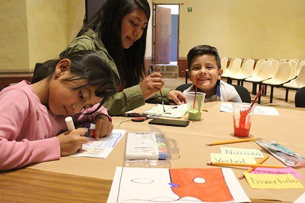 Conviven niños y jóvenes con los objetos del museo