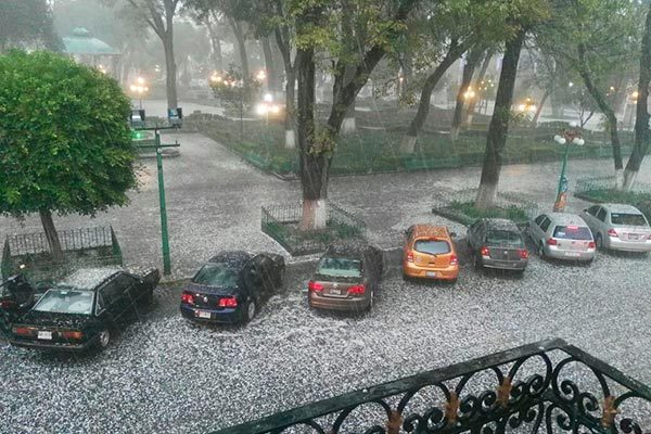 Torrencial lluvia y granizo afectan la zona conurbada
