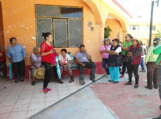 Pobladores de Guadalupe Victoria, de Tepetitla, retienen a funcionario municipal