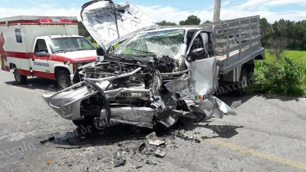 Chocan dos camionetas de  frente en Espíritu Santo, Ixtacuixtla