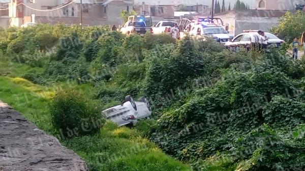 Cae automóvil a la barranca Briones de Chiautempan