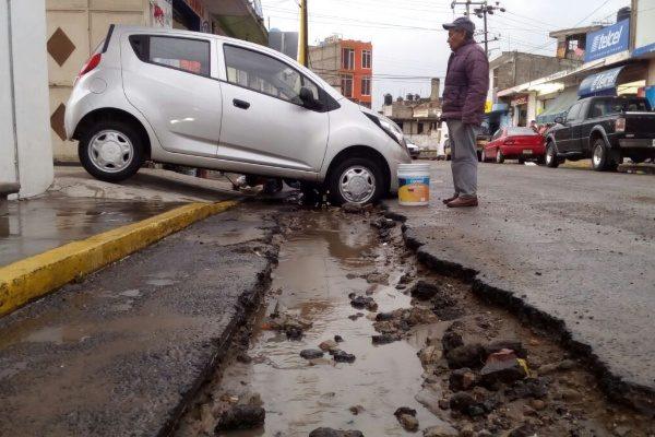 Desperfectos en calles de Chiautempan causan daños a vehículos