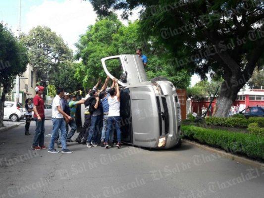 Vuelca camioneta familiar en la calle Mariano Sánchez en Tlaxcala