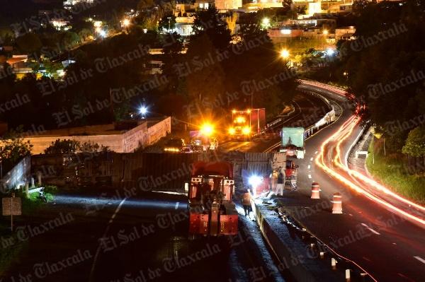 Continúa bloqueada la carretera Tlaxcala-Apizaco por volcadura de tráiler