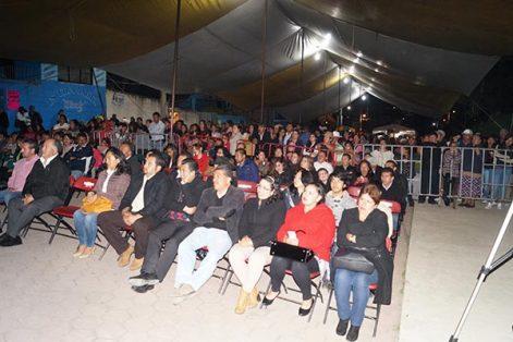 Invitados especiales, habitantes de Nanacamilpa y visitantes, en la inauguración del IV Festival Cultural de la Luciérnaga, el cual fue amenizado por los grupos musicales Los Extraños y el Internacional Carro Show. /Manuel MORALES