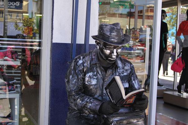 Jesús Rico, artista de la calle, promueve la lectura en las calles principales de la ciudad rielera. / Tomás BAÑOS