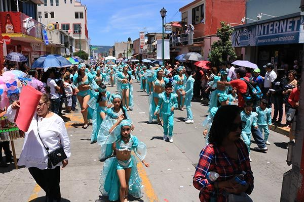 """Miles de personas disfrutan colorido desfile de la """"Feria Chiautempan 2017"""""""