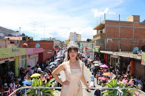 La reina de Feria, Lizeth I, participó en el tradicional desfile a bordo de un carro alegórico. /Moisés MORALES