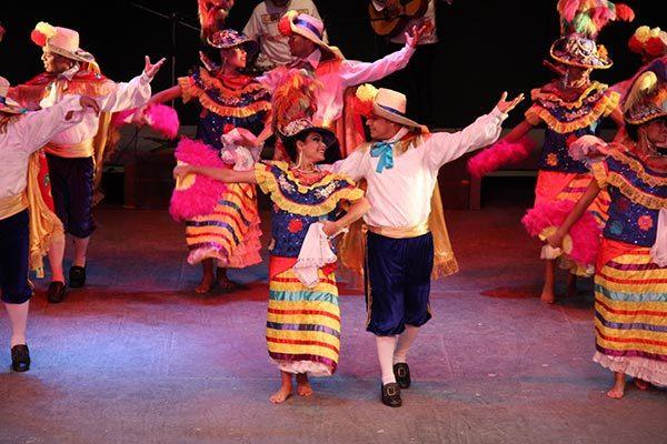 Los bailarines portaron vestimentas vistosas y tradicionales de cada región a la que pertenecían. /Nora Rachel RAMÍREZ