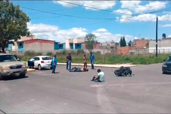 Motociclistas se impactan contra vehículo en cruce de Apizaco