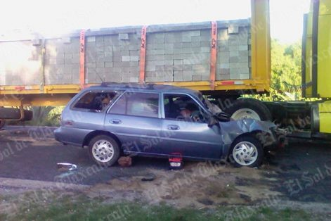 Un vehículo marca Ford, tipo Scort, color azul se impactó en el costado derecho de un tráiler Kenworth; en el percance fallecieron tres personas. /EL SOL DE TLAXCALA