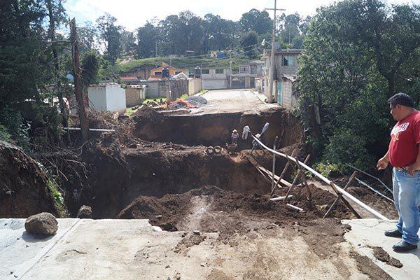 Tras un año de espera, construyen un puente en Calpulalpan