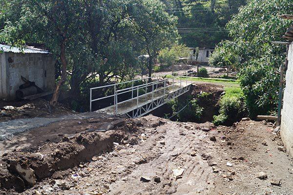 Para dar servidumbre de paso a habitantes que viven en el otro lado de la barranca, autoridades de comunidad construyeron un puente peatonal en La Soledad. /Manuel MORALES