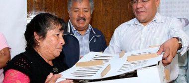 Rafael Zambrano entrega paquetes de aves a familias de escasos recursos