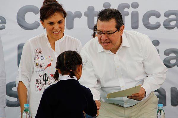 """El gobernador del Estado, Marco Antonio Mena, y la presidenta honorífica del DIF estatal, Sandra Chávez Ruelas, entregaron certificados de primaria y secundaria a infantes de """"La Casa de los Niños de Todos"""". /EL SOL DE TLAXCALA"""