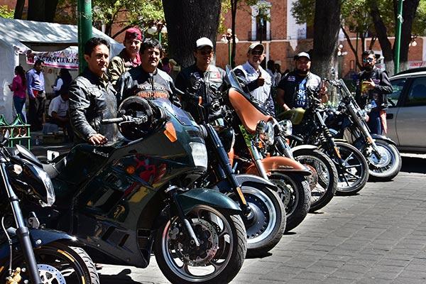 """Motociclistas de diferentes clubes se dieron cita en el primer cuadro de la capital para participarn en la """"Rodada por la lactancia"""". /Héctor LORENZO"""