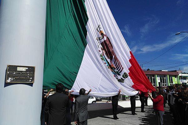 Estrenan en la capital bandera monumental