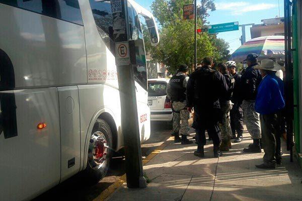 Asalta par de pistoleros un autobús de pasajeros