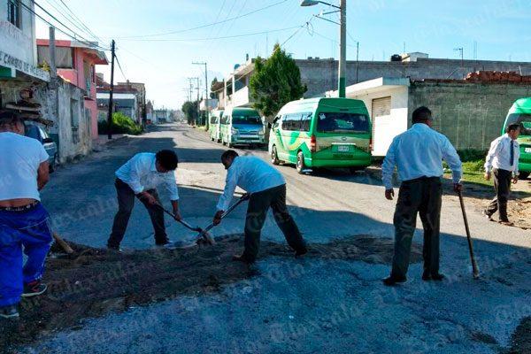 Ante omisión de gobierno de Chiautempan, choferes y vecinos bachean calles