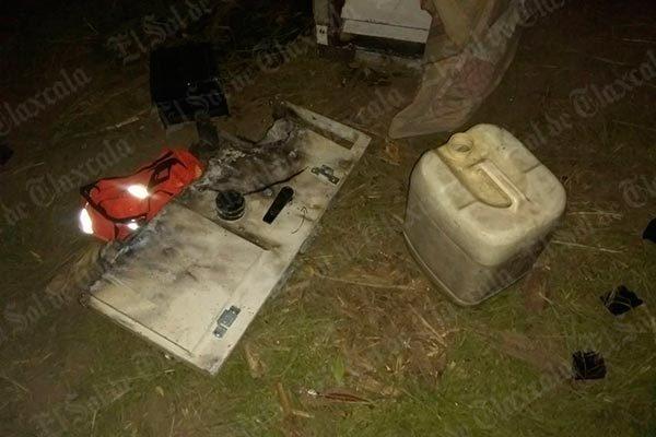 Cajero hurtado es encontrado desbaratado en predio baldío de Xaloztoc