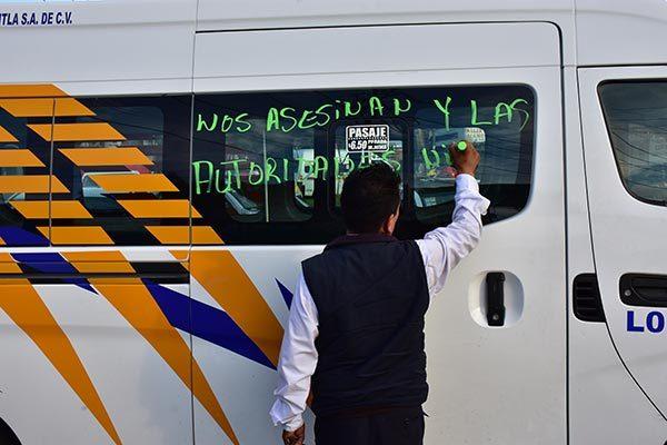 El asesinato de un operador del servicio público desató la indignación de transportistas que reaccionaron con el cierre de importantes vialidades, como medida de presión para exigir justicia. /César RODRÍGUEZ