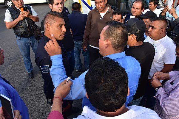 Los trabajadores del volante sostuvieron discusiones con elementos policiacos de la capital y de la CES, a quienes recriminaron que para sancionarlos siempre están pendientes, pero no para estar alertas ante un asalto. /César RODRÍGUEZ