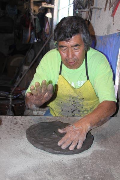 Don Germán Guarneros desde los 15 años aprendió el arte de la alfarería. /Tomás BAÑOS
