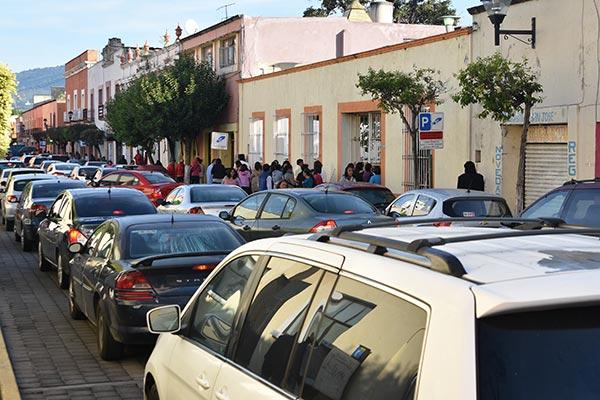 En la calle Lardizábal, donde se ubica la primaria Educación y Patria, se registró caos vial debido a que los padres de familia hicieron hasta triple fila para poder dejar a sus pequeños. / Jesús LIMA