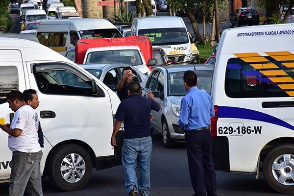 El cierre de vialidades generó la molesta de ciudadanos, quienes encararon a los transportistas. /César RODRÍGUEZ