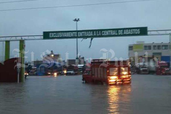 Se inunda la central de abasto de Huixcolotla, Puebla por lluvia a causa de Franklin