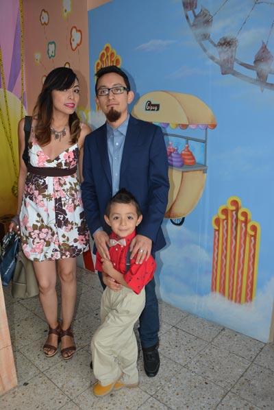 Iker acompañado de sus papás en su cumpleaños