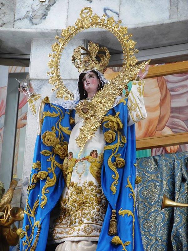 Posada sobre una piana con forma de nube, la imagen irradia compasión desde su trono celestial que tiene una altura de 80 centímetros desde lo alto de la corona hasta el plano donde asienta los pies