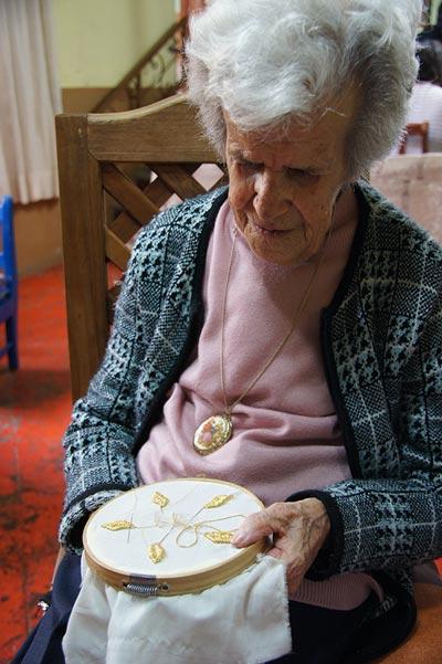 Hasta sus 92 años, Carolina Hernández Castillo (+) cumplió su promesa de bordar el vestido y manto a la Virgen de la Caridad. /Isabel AQUINO