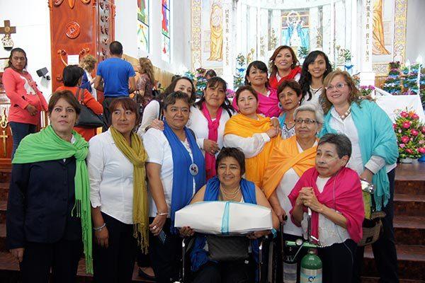 El equipo de bordadoras del vestido y manto de la Virgen de la Caridad. /Isabel AQUINO