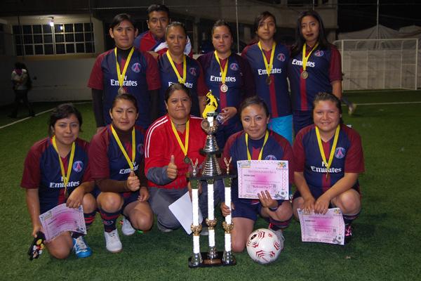 Atlético fue el equipo que ganó el segundo lugar de la justa, el trofeo lo recibió la capitana. / Fabiola VÁZQUEZ