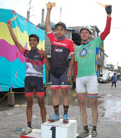 Juan Manuel Juárez fue el vencedor de la carrera de montaña MTB de Cuahuixmatlac en la categoría élite, tras recorrer un circuito de 20 kilómetros en dos vueltas, compartió el pódium con Héctor Hernández y Nicolás Aroche. /Fabiola VÁZQUEZ