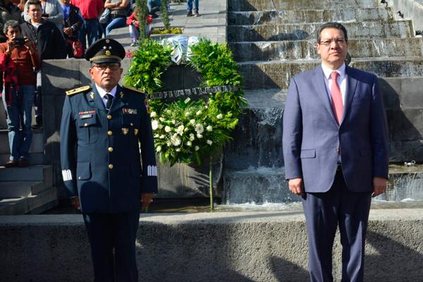 Acompañado por el General de Brigada Diplomado de Estado Mayor, Elpidio Canales Rosas, comandante de la 23 Zona Militar, el gobernador Marco Antonio Mena colocó una ofrenda floral y montó guardia de honor en el monumento a los héroes de la Independencia. / Héctor LORENZO
