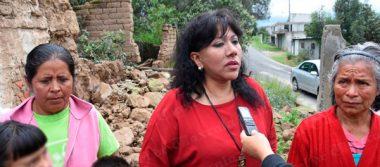 Colapsa barda en Atlahapa y fisura vivienda; se compromete alcaldesa a entregar casa nueva a afectados