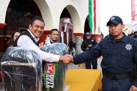 Cada elemento de la policía municipal recibió un paquete que consiste en dos uniformes, un par de zapatos, un par de botas, un playera tipo polo, un gorra, un kepi y una chamarra. /EL SOL DE TLAXCALA