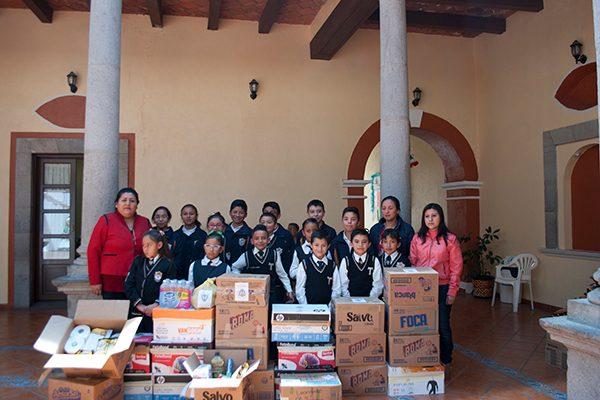 Directivos, docentes y alumnos del Centro Escolar Aparicio, en Calpulalpan, entregaron apoyo para familias damnificadas de Oaxaca. /Manuel MORALES