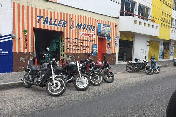 Invade locatario carretera federal para reparar motos en Xicohtzinco