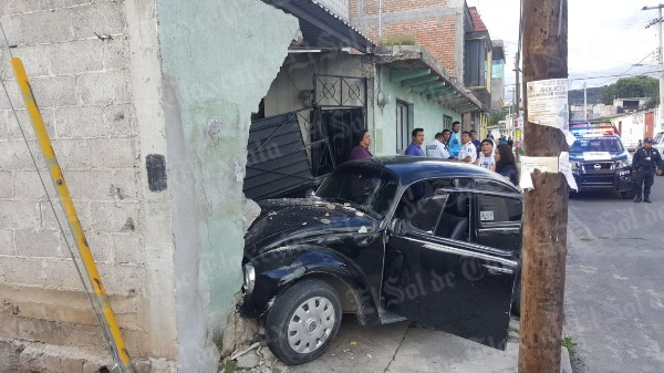 Se impacta vocho contra vivienda en Tezoquipan
