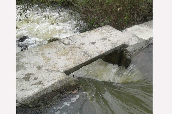 Desfogan la presa Atlangatepec al estar  al tope de capacidad